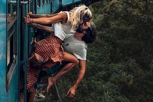 Cặp đôi nam nữ bị chỉ trích vì nụ hôn hoang dại trên tàu hỏa đang chạy