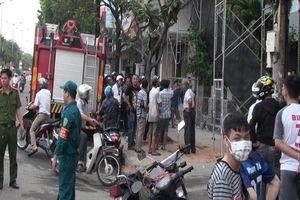 Giàn giáo chạm vào dây điện, 2 công nhân bị điện giật bỏng nặng