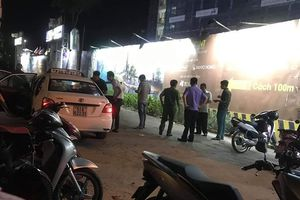 Tài xế taxi ôm cổ đầy máu mở cửa ô tô tháo chạy ra ngoài kêu cứu trong đêm