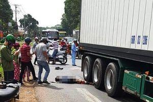 Đồng Nai: Chạy xe máy đi vào đường cấm, một phụ nữ bị container cán nát chân, nguy kịch