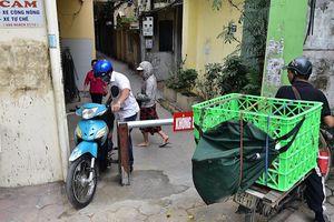 Người dân Hà Nội tự lập barie, ngăn không cho xe máy đi tắt