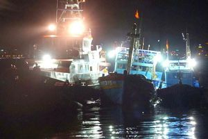 Xuyên đêm cứu cùng lúc hai tàu cá gặp nạn tại vùng biển Hoàng Sa
