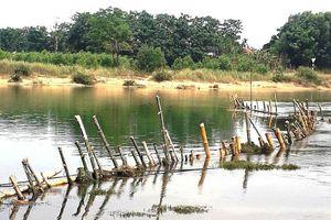 Thừa Thiên – Huế: Dân đóng cọc tre ngăn doanh nghiệp 'rút ruột' sông Bồ