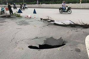 Hố tử thần sâu 2m bất ngờ xuất hiện trên đường phố Hà Nội