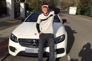 Mesut Ozil vung tiền mua xe mới để quên nỗi buồn trên sân cỏ
