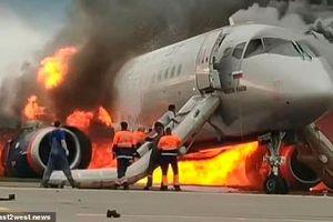 Bàng hoàng khoảnh khắc cơ phó lao vào máy bay Nga đang ngùn ngụt cháy để cứu cơ trưởng