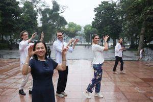 Công chúa Thụy Điển cùng Phu quân tập thể dục, ăn bún bò tại Hà Nội