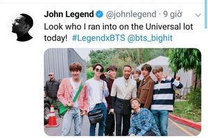 John Legend chia sẻ ảnh chụp với BTS, nhưng điều khiến netizen chú ý hơn cả lại nằm ở… đôi chân của RM.