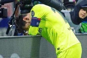 Messi đơn độc, gục khóc trên đường pitch sau trận thua Liverpool
