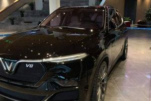 Lux V8 lộ mặt trước ngày khánh thành nhà máy VinFast tại Hải Phòng