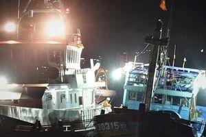 Cứu 16 ngư dân Quảng Nam gặp nạn tại vùng biển Hoàng Sa