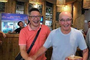 Tỷ phú Anh dạo chợ đêm Phú Quốc, được người dân tặng nước mắm đem về