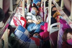 Nhiều vụ xe nhồi nhét hành khách: Có phần trách nhiệm của lực lượng chức năng