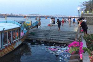 Bị phạt 3 triệu đồng vì rải vàng mã xuống sông Hương