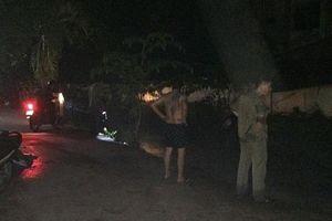 Băng qua đường ngập trong cơn mưa, 2 thanh niên bị nước cuốn trôi