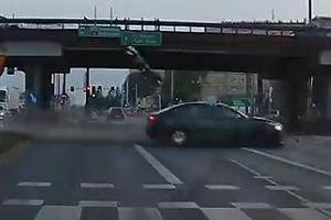 Xe vượt đèn đỏ đâm người lái môtô văng hàng chục mét tại giao lộ
