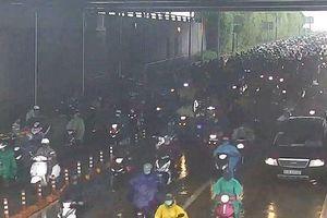 Hàng trăm người dừng trú mưa, hầm vượt sông Sài Gòn ách tắc