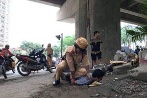 Hà Nội: Bị kiểm tra nồng độ cồn, 'ma men' tấn công CSGT