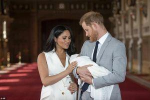 Con trai đầu lòng của vợ chồng hoàng tử Harry lần đầu ra mắt công chúng