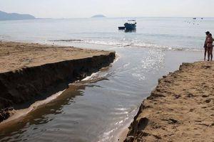 Nước thải đen ngòm, hôi thối xả ra biển Nha Trang