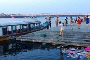 Phạt thuyền rồng đậu 'chui' bến cầu đi bộ gỗ lim sông Hương