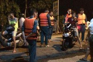 Băng qua đường ngập nước, 2 thanh niên bị cuốn trôi trong đêm