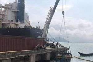 Hà Tĩnh: Trục vớt 2 tàu cá của ngư dân bị sóng biển đánh chìm