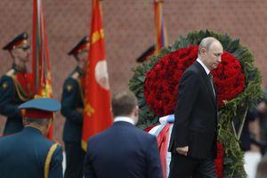 Tổng thống Putin đặt vòng hoa trước Mộ Chiến sĩ Vô danh
