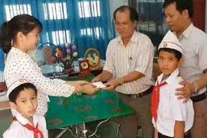 Tuyên dương 2 học sinh tiểu học trả lại vàng nhặt được