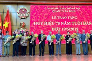 Trao tặng Huy hiệu Đảng đợt 19-5 cho đảng viên lão thành của quận Ba Đình