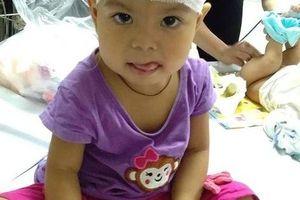 Xót thương gia cảnh bé gái hơn 3 tuổi bị não úng thủy đã trải qua 11 lần phẫu thuật