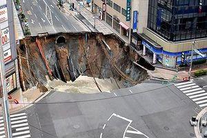Hãi hùng khi những hố tử thần khổng lồ 'nuốt chửng' đường phố
