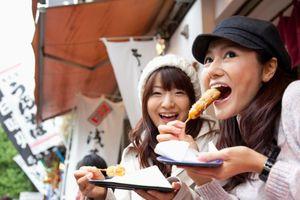 Thành phố của Nhật Bản yêu cầu khách du lịch không được ăn khi đi bộ