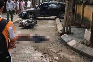 Nữ tài xế lùi xe ôtô cán chết người đi xe máy trên phố Hà Nội