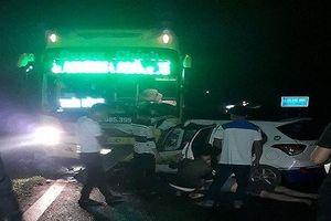 Taxi mất lái đâm đầu ô tô khách, 3 người tử vong