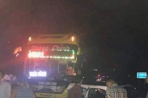 Taxi mất lái đâm trực diện xe khách khiến 5 người thương vong