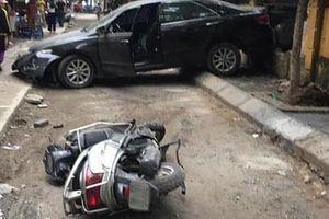 Clip: Hiện trường thảm khốc vụ nữ tài xế ô tô Camry lùi xe tông trúng xe máy, một người tử vong