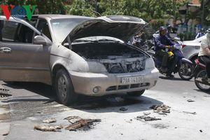 Xe ô tô đang chạy bốc cháy trước trụ sở Công an Khánh Hòa