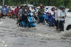 TPHCM bước vào mùa mưa, người dân lại khốn khổ vì ngập nước và kẹt xe