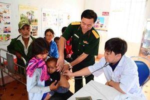 Tặng quà, khám bệnh cấp thuốc cho bà con dân tộc thiểu số ở Gia Lai