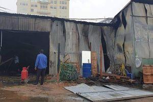Cháy nhà xưởng chứa giường y tế, người dân tháo chạy thục mạng