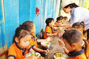 Để bữa ăn của học sinh có thịt