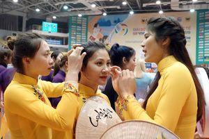 Chân dài bóng chuyền thế giới duyên dáng trong tà áo dài Việt Nam