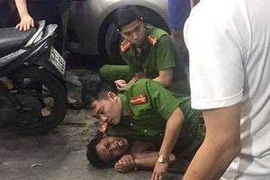 Nam thanh niên nghi 'ngáo đá' chém bị thương người đàn ông và 1 cảnh sát