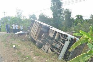 Long An: Lật xe khách, 10 người bị thương