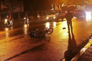Xe tải lấn đường va chạm với xe máy, 2 người nguy kịch