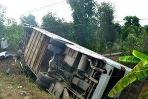 Long An: Lật xe khách chở công nhân, 10 người bị thương
