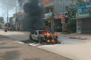 Nghệ An: Xe hoa Mercedes bất ngờ bốc cháy giữa đường sau lễ rước dâu