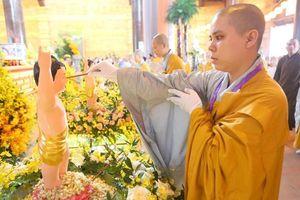 Hình ảnh các tăng, ni, Phật tử thực hiện nghi lễ Tắm Phật ở Vesak 2019