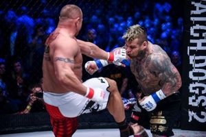 Võ sĩ MMA nặng 161 kg gào khóc vì dính đòn vào chỗ hiểm